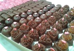 100 Chocolates decorados em arabesco + 10 Popcakes + 10 Mini cupcakes + 10 Pirulitos de chocolate de R$190 por R$129,90