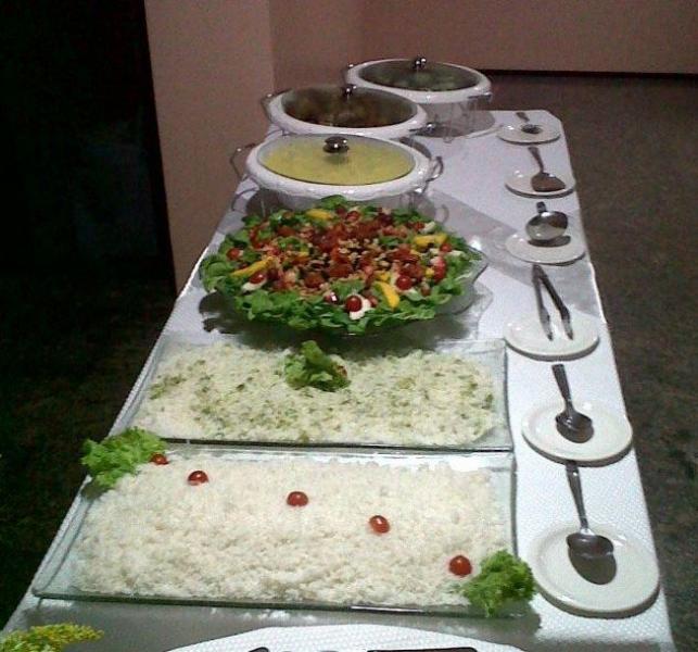 Festa completa p/ 50 pessoas em domicílio! Buffet c/ entrada + prato principal + sobremesa + bebidas + serviço por R$899