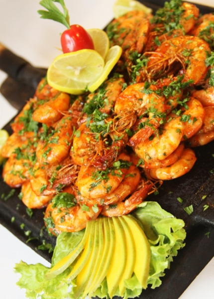 Delicie-se com 1kg de camarão com ervas ou camarão com curry ou camarão natural de R$45 por R$22,50 na Budega do Poço