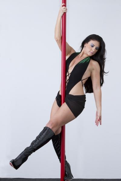 Corpo torneado e sensualidade à flor da pele! 1 mês de Pole Dance com a professora Marília Damásio de R$150 por R$59,90