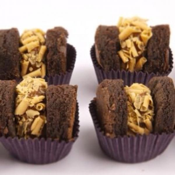 Surpreenda seus convidados com as delícias da Quero Brownie! 50 bem casados de brownie (Brigadeiro, Doce de Leite ou Prestígio)