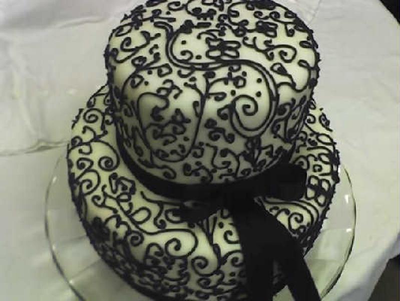 Leve todo o sabor e capricho da Sb Bolos à sua festa! Bolo de 2 andares decorado com pasta americana + 20 Cupcakes recheados