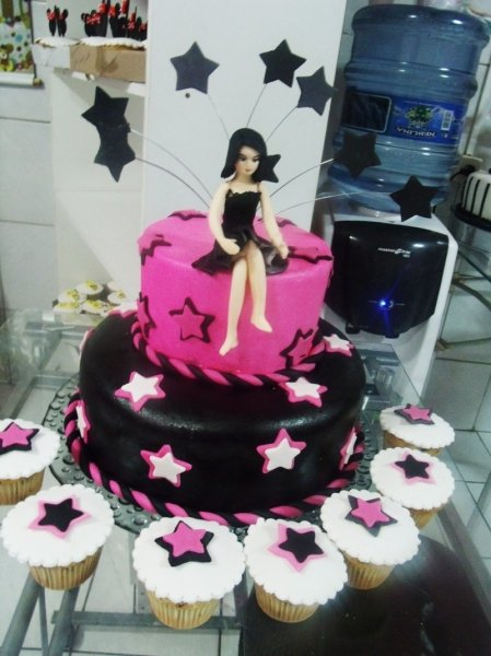 Inspire-se com o trabalho da Beth Bolos e personalize sua festa! Bolo decorado com pasta americana + 30 Cupcakes por R$149,90. Válido p/ a loja da Dom Luis!