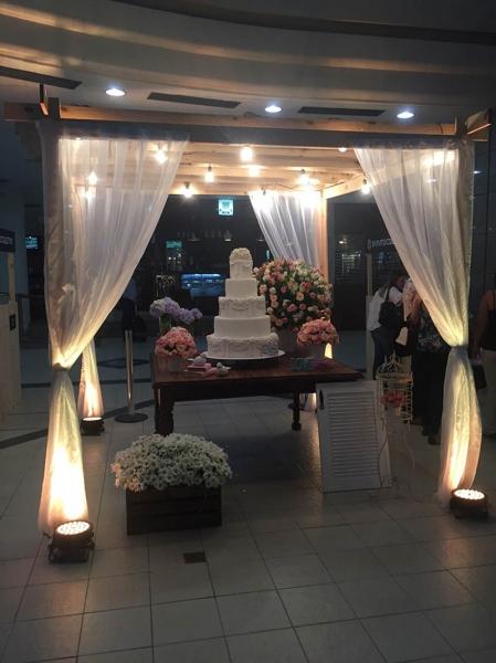 decoracao em lampadas:Splash Eventos – Caramanchão com cortinados + Varal de Lâmpadas + 4