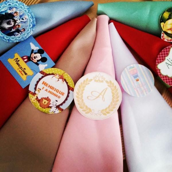 29a036194 Todos os detalhes para uma festa especial! 50 Guardanapos de tecido + Porta  guardanapo personalizado