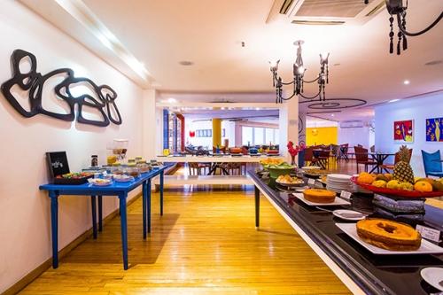 Comece o dia com um café da manhã revigorante com vista para a praia do Mucuripe.  Café da manhã completo para 1 pessoa por R$ 17 no Restaurante Henriqueta, na Beira Mar