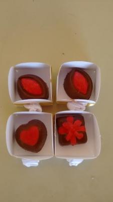 100 chocolates (50 decorados + 50 trufados) + 100 Caixetas de R$90 por R$49,90