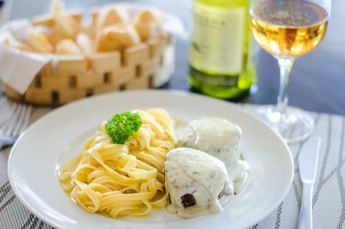 Duas unidades de Bolinho de bacalhau, 2 pratos individuais de Filé Mignon grelhados com molho de Gorgonzola e um Churros de doce de leite com sorvete de R$ 148,00 por R$ 100,00.