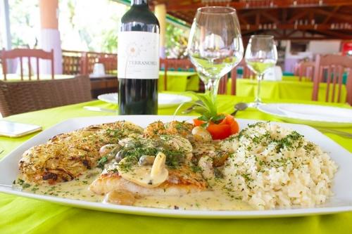 Peixe à Valeska para 2 pessoas: 400g de filé de pargo grelhado com molho de lagosta no vinho branco, champignon, acompanhado de arroz no próprio molho e batata bolanger de R$86 por R$59