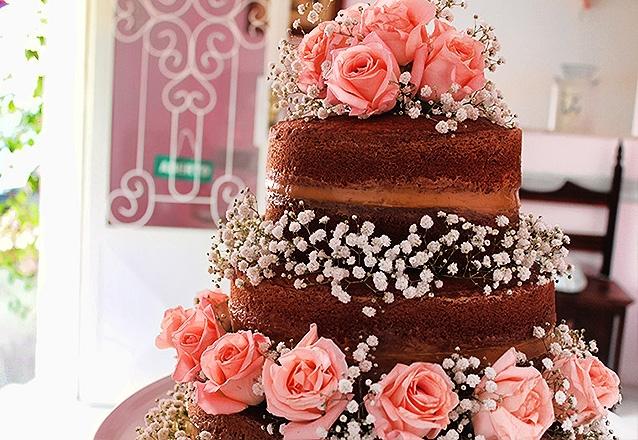 01 Bolo Naked Cake de 3 andares decorado com rosas
