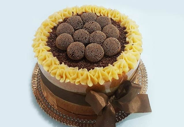 Naked Cake + 20 mini cupcakes