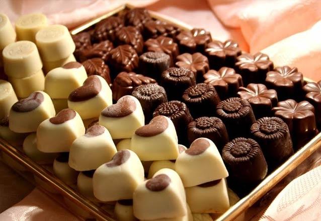 Até 20 chocolates decorados com copinhos, mini brownies e cupcakes