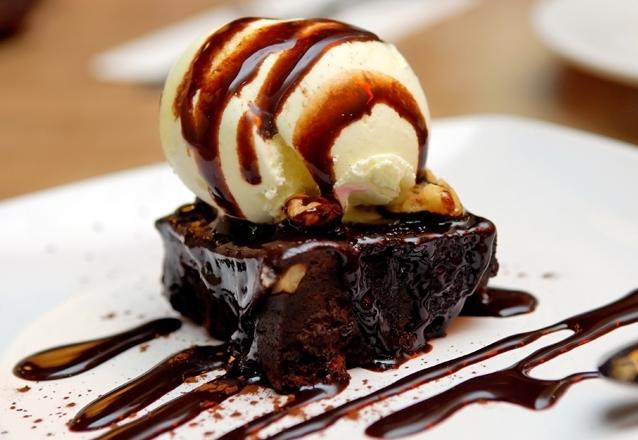Brownie com 2 bolas de sorvete