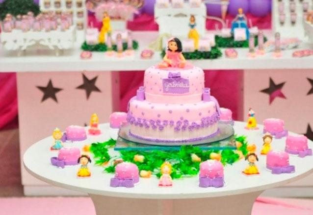 Bolo 2 andares para 50 pessoas + 20 Mini Cupcakes