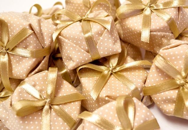 50 bem casados ou mini brownies no papel celofane transparente
